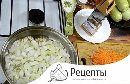 Кабачки с яйцом, морковью и грушей на сковороде - рецепт пошаговый с фото