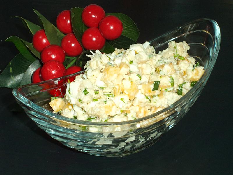 Салат с отварной рыбой и яйцами «На дне морском»