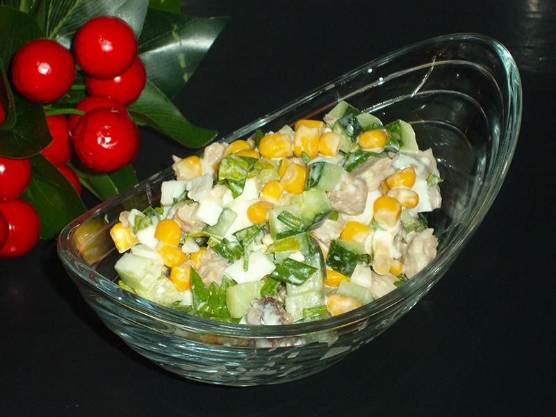 Вкусный салат с отварным мясом, огурцом и кукурузой