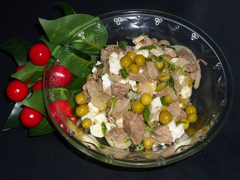Простой до элементарного, но вкусный салат с печенью и зеленым горошком